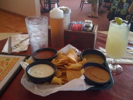 The only redeeming quality to Si Senor in Chandler in my opinion were their awesome starter of chips and salsa. All four salsas were spicy and great!