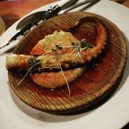 The most tender octopus with garbanzo puree and paprika